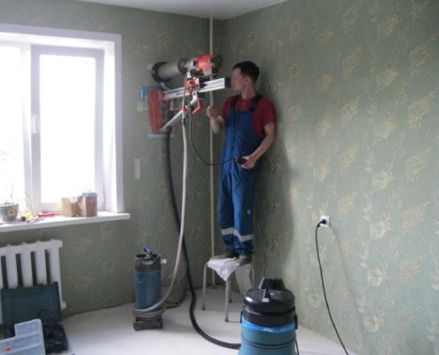 Алмазное бурение отверстия в стене
