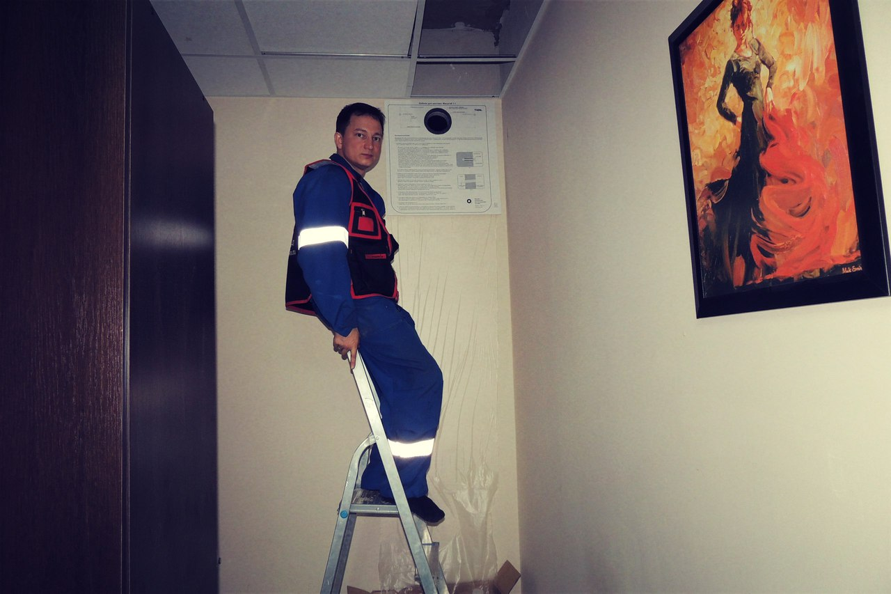 Этап монтажа бризера в хостеле