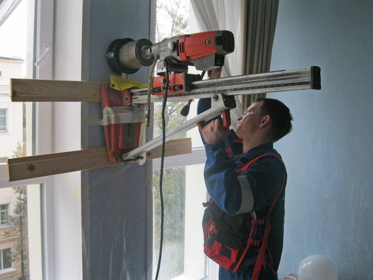 Процесс монтажа бризера на стене с гипсокартоном